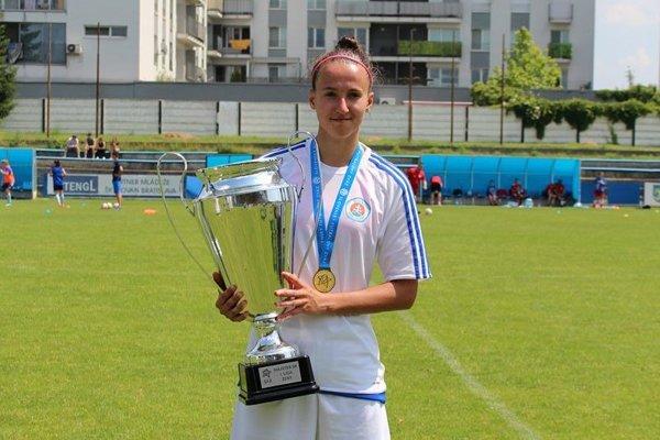 Monika Bytčánková strofejou za prvé miesto.