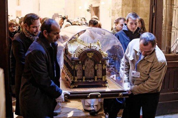 Relikviár s pozostatkami svätice.
