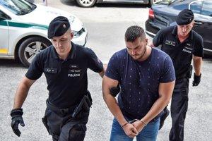 Obžalovaný Juraj H. prichádza na Okresný súd Bratislava I.