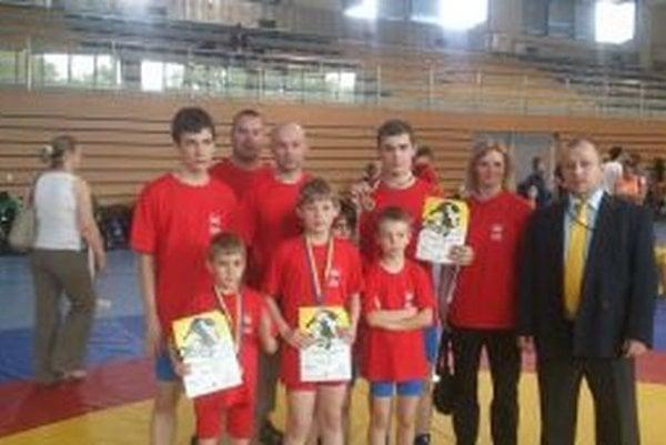 Úspešná výprava zápasníkv z Považskej Bystrice spolu s vedením.