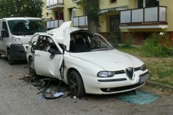 Auto bolo po výbuchu ihneď zničené.