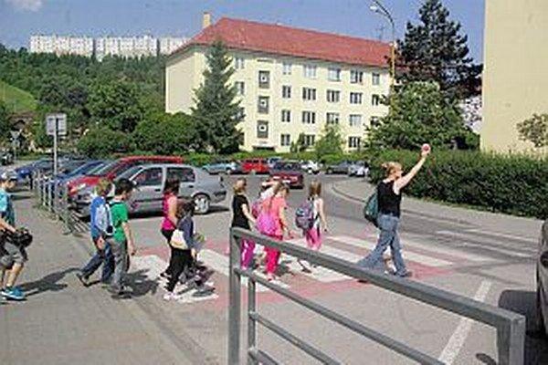 Pionierska ulica. Mesto ju nedávno rekonštruovalo. Ľudia chcú zachovať spomaľovací prah aspoň pred týmto priechodom, a to  pre bezpečnosť detí.