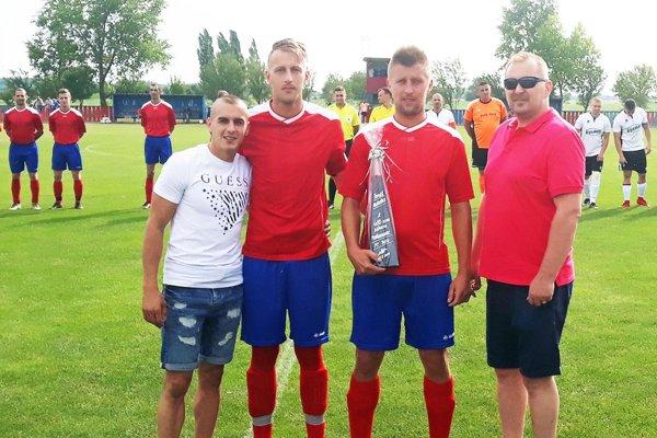 Vedenie FC Pata si uctilo Tomáša Matušicu (druhý sprava), ktorý v nedeľu odohral svoj 400. zápas za klub.