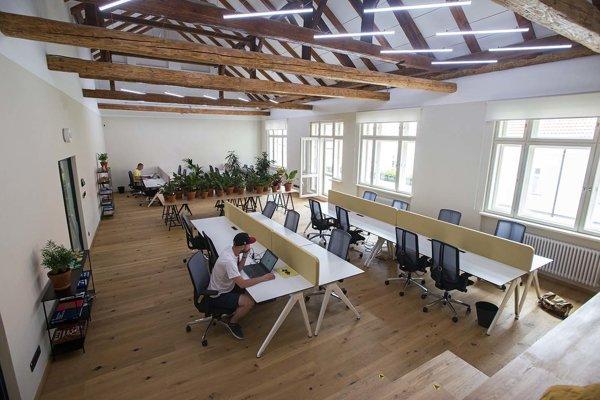 Horúci stôl, pri ktorom  vládne naozaj pracovná atmosféra.