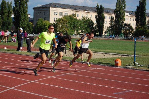 Medailisti behu na 60 m v cieli. Zľava Luboš Komárek - ŠKP Žilina, Boris Pribil a Michal Mecháček - obaja AC Malacky