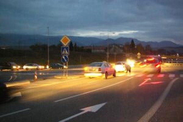 Nepríjemná a nebezpečná križovatka. Semafory by to mali zmeniť.