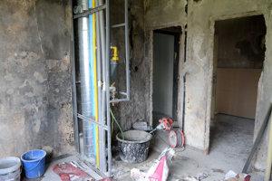 Byt na 4. poschodí kde došlo k požiaru sa pomaly mení.