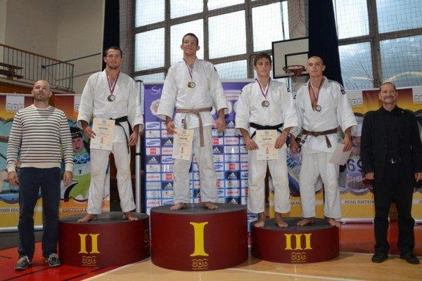 František Zicho (druhý zľava) sa teší z druhého miesta na domácom šampionáte.