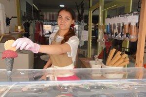 Mladá zmrzlinárka v prevádzke s názvom Sladká láska v Banskej Štiavnici.