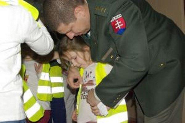 Policajti deťom nasadili reflexné vesty.