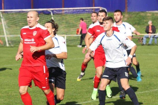 Futbalisti Ivanky (v bielom) neprehrali už sedem zápasov za sebou.