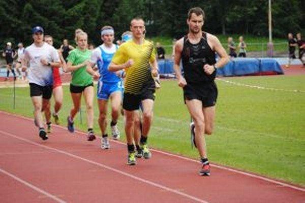 Víťaz Ilavský (v žltom) beží za druhým Luhovým. V zelenom ženská víťazka Maníková.
