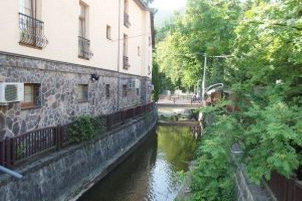 Voda v meste. Kanál, riečka, jazero, kúpalisko, kúpele. V Rajeckých tepliciach je voda všade vašim spoločníkom.