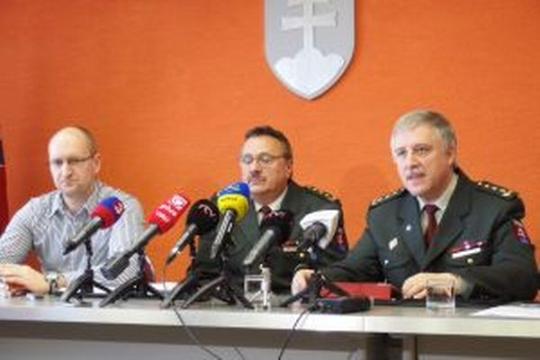O prípade korupcie v Žiline informovali funkcionári polície na čele s riaditeľom KRPZ Ivanom Špánikom (vpravo).