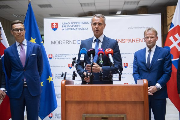 Zľava viceprezident Európskej investičnej banky (EIB) Alexander Stubb,  podpredseda vlády SR pre investície a informatizáciu Richard Raši a viceprezident EIB Vazil Hudák.