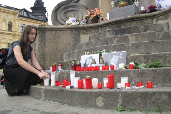 Pod sochou Immaculaty vystavili fotografie H. Acordu, J. Kuciaka a M. Kušnírovej. Ľudia tu pálili sviece.