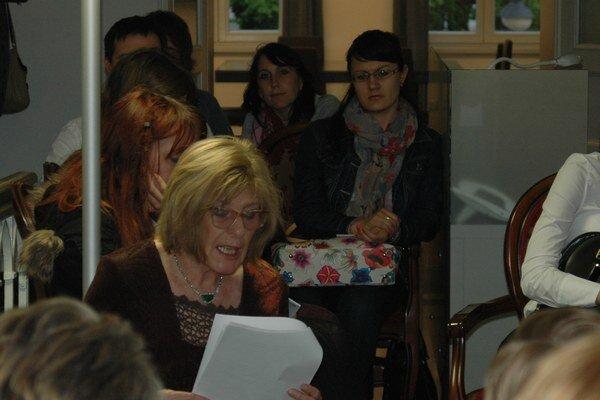 Oľga Feldeková číta v Meštianskom dome na Mariánskom námestí v Žiline.