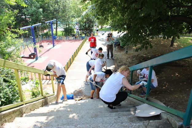 Dobrovoľníci skrášľujú okolie detského ihriska na Valachovej ulici v bratislavskej Dúbravke.