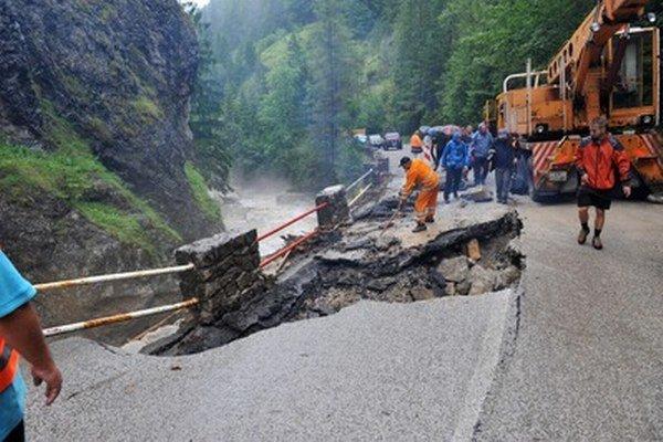 Cestári zasypávajú jamy na cestách, ktoré vymyla voda z potoku na začiatku Vrátnej doliny pod skalou Mních.