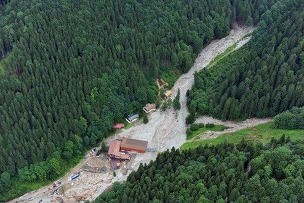 Kamenné lavíny sa spustili do dolín z viacerých doliniek.