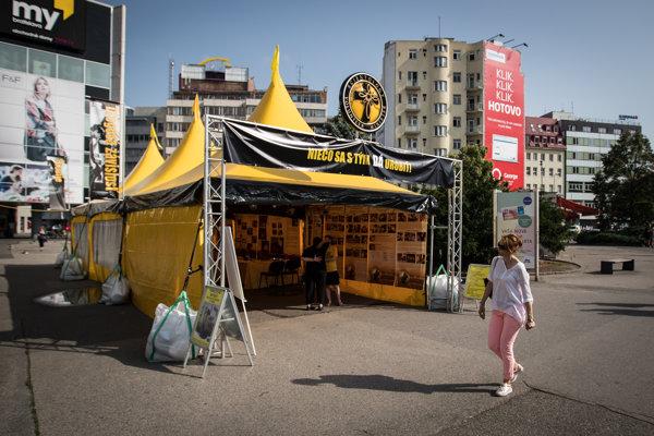 Stan scientológov na Kamennom námestí v Bratislave.