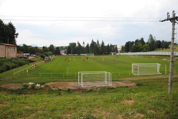 Futbalový areál vo Višňovom nevyužívajú len domáci futbalisti, ale aj iné tímy.