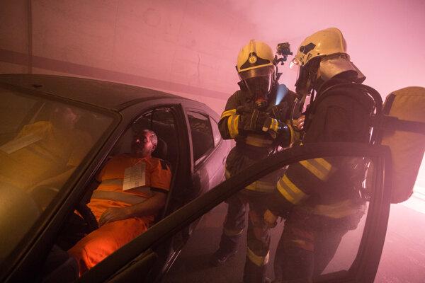 Záchranári počas cvičenia v tuneli Sitina.