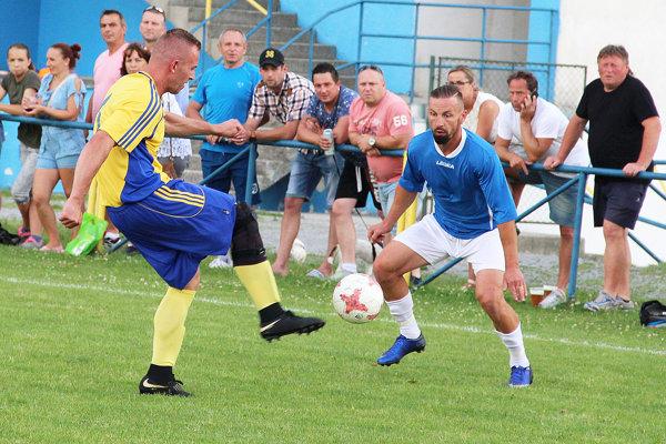 Tvrdošín (v modrom) rozhodol derby s Trstenou v samom závere zápasu.