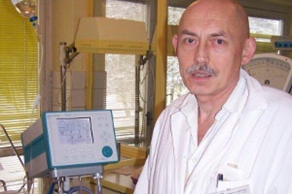 Michal Jánoš so svojím tímom včera výpovede stiahli a novorodenecké oddelenie je plne funkčné.