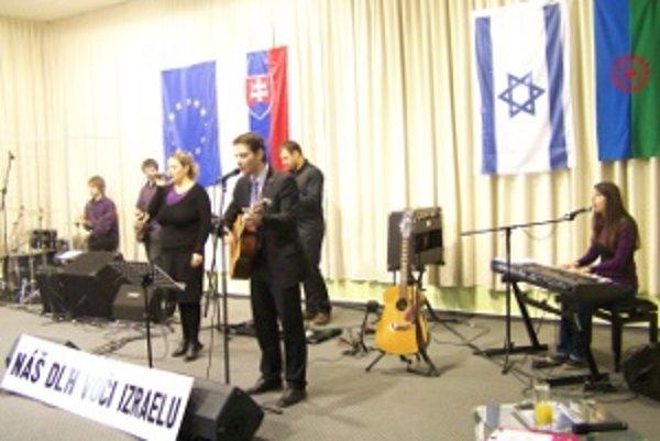 Hebrejské piesne na koncerte interpretovali členovia zo skupiny Menora pri kresťanskom spoločenstve Milosť v Žiline.
