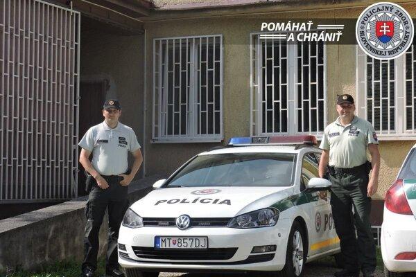 Policajti, ktorí zachránili dezorientovaného muža v Martine.