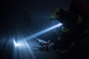 Účastníci taktického cvičenia zložiek Integrovaného záchranného systému a Národnej diaľničnej spoločnosti v tuneli Sitina.