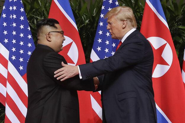 Stretnutie sa začalo podaním rúk.