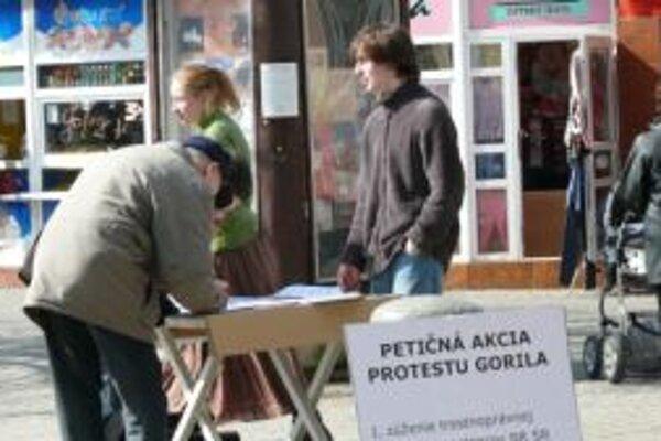Na Hlinkovom Námestí aktivisti zbierajú podpisy na dve petície