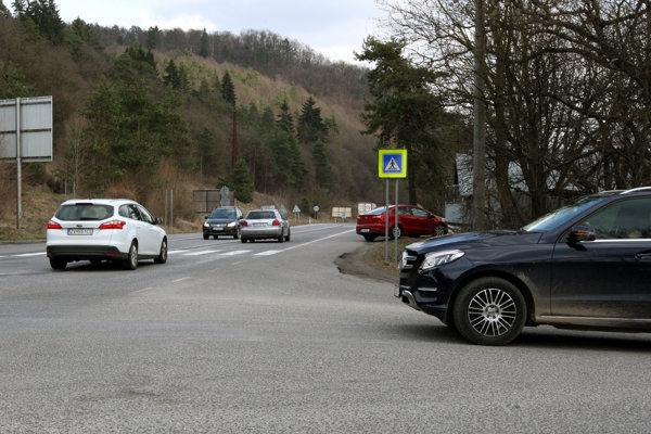 Výjazd zo Šalkovej na hlavú cestu je dlhodobým problémom.