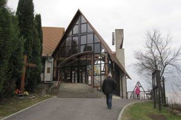 Súčasný dreveno-sklenený kostol v Nededzi.