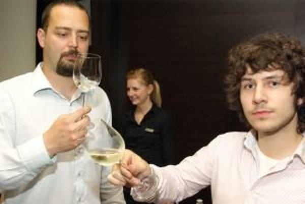 Takto degustujú vína znalci. V Žiline mohli ochutnať vyše 200 druhov.
