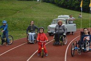 Trabantisti podporia zdravotne postihnutých. Vľavo: Ľuboš Kondela s deťmi, vpravo Danko Droppa.