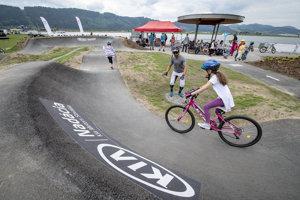 Filip Polc inštruuje mladých cyklistov.