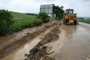Cestný kanál zapchatý bahnom