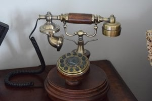 Klasický telefónny prístroj.