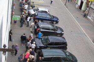 Ľudia boli ochotní čakať na bankovku trpezlivo celé hodiny v takomto dlhánskom rade, ktorý sa ťahal celou Kapitulskou ulicou.