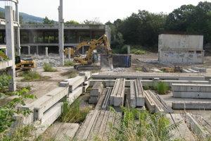 Mechanizmy drvia nepotrebné stavebné dielce.