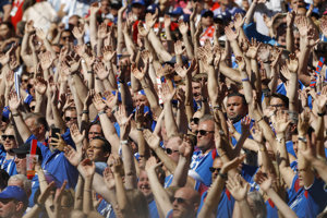 Fanúšikovia Islandu počas zápasu s Argentínou.
