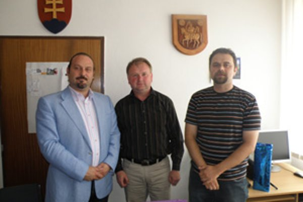 Starosta si slávnostne prevzdal správu o výhre. Zľva George Trabelssie, Jozef Žabka, Michal Filek.