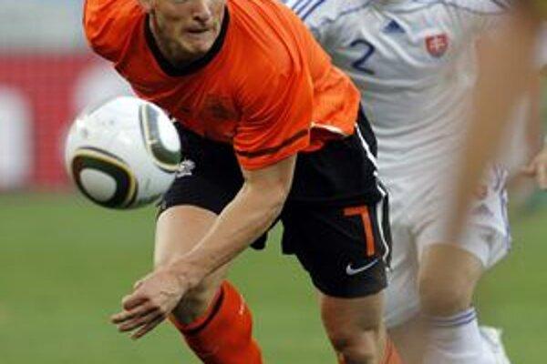 Peter Pekarík v zápase s Holandskom často zvádzal súboje s Dirkom Kuytom.