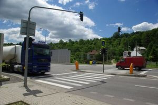 Semafor na diaľničnom privádzači pri cintoríne má nastavený cyklus tak, aby sa nevytvárali kolóny na novej Žiline.