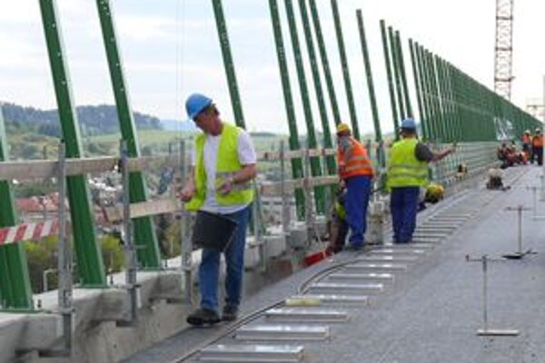 Na ilustračnej snímke robia stavbári posledné práce na diaľničnej estakáde ponad Považskú Bystricu.