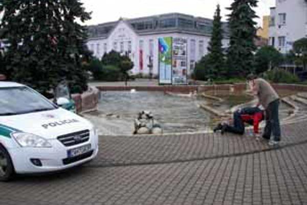 Muža z fontány vytiahli záchrancovia.