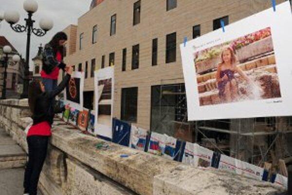 Súčasťou festivalu bola prezentácia tvorby žilinskej mládeže v hudbe, divadle, tanci, fotografii, maľbe a diskusné fórum na tému Umenie a politika: Nonsens, či realita? Na snímke podujatie pokazil dážď a tak výstava musela byť prenesená do náhradných prie